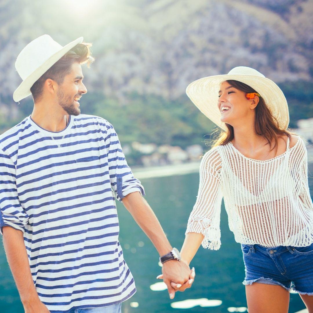 Paar am See im Sommer