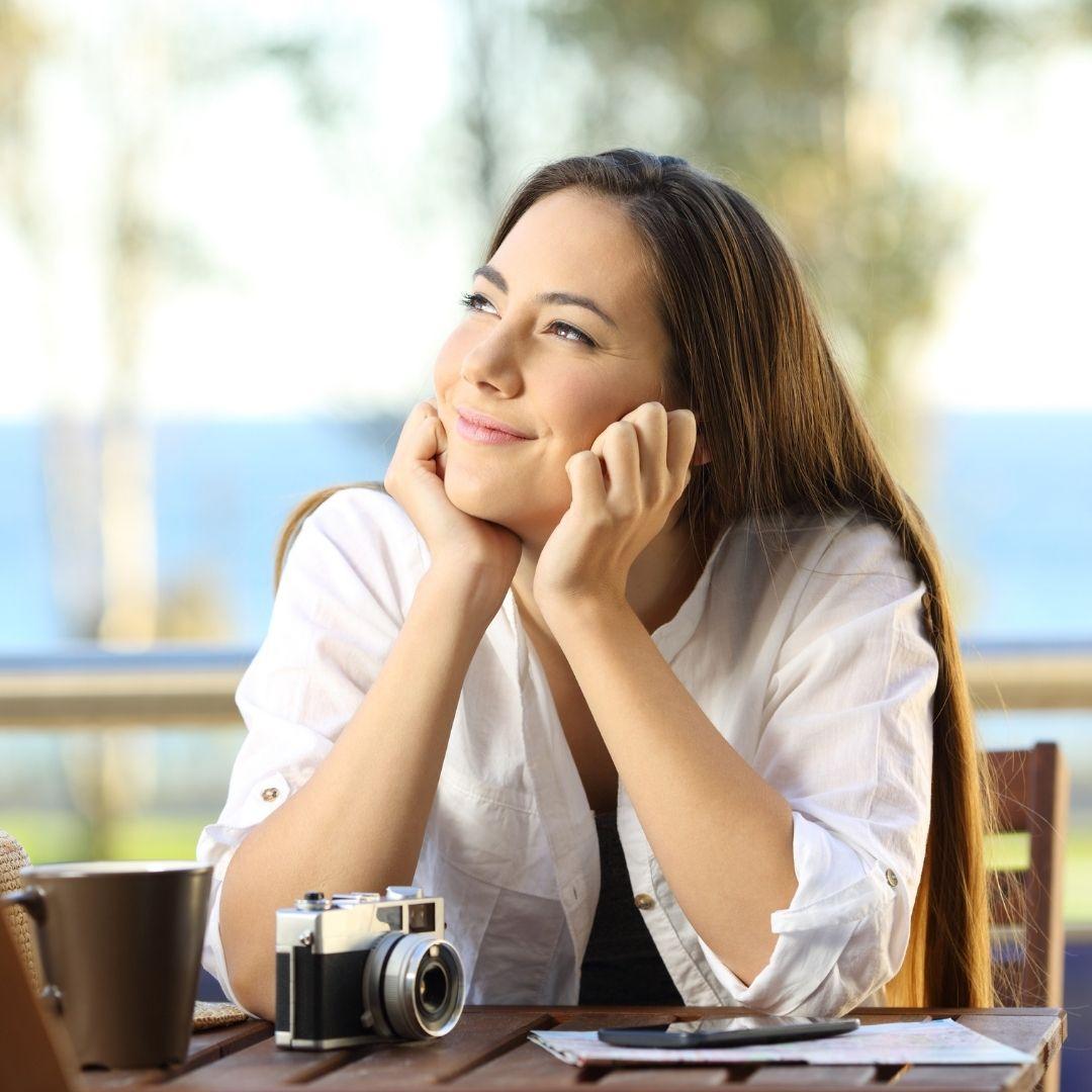 Frau mit Kamera träumt - Freiheit, Freizeit