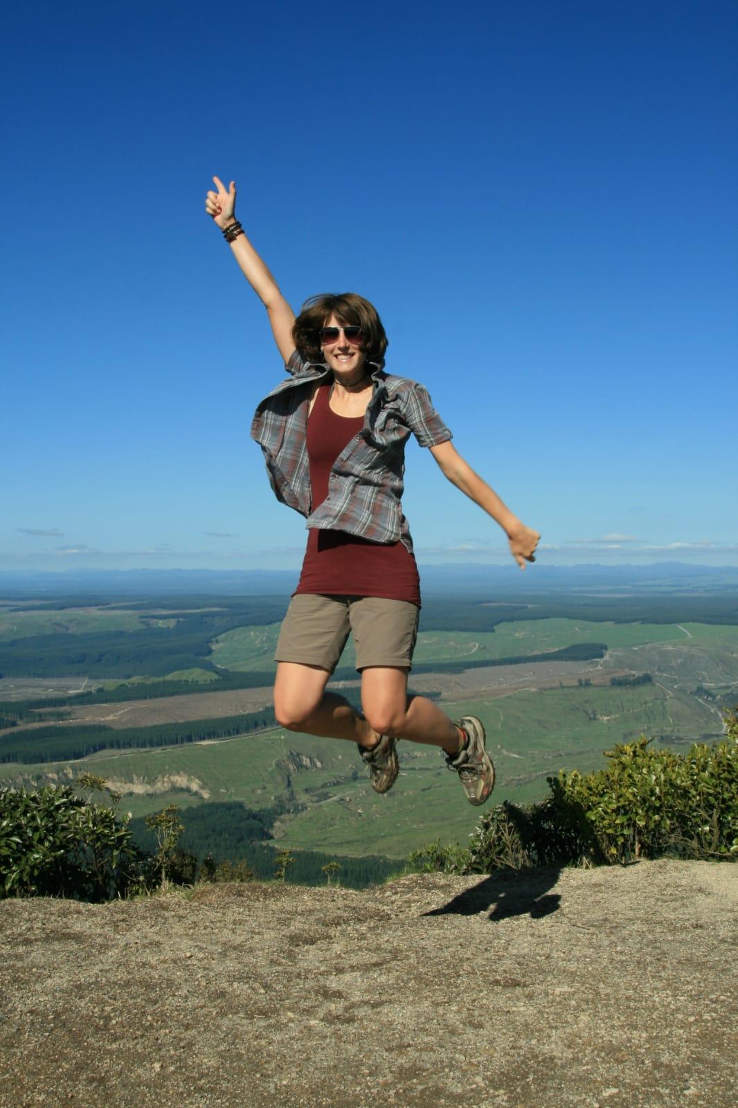 Elisa in den Bergen springt